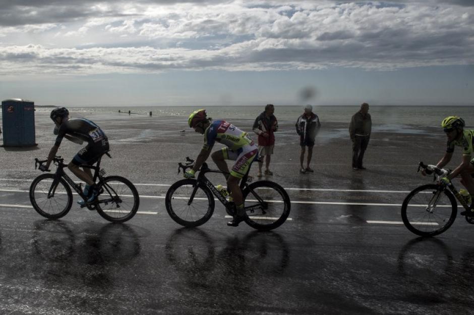 La lluvia acompañó un tramo del recorrido en la segunda etapa del Tour de France. (Foto: AFP)