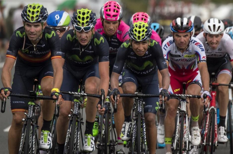 El colombiano Nairo Quintana, en el pelotón con su equipo Movistar, no tuvo el mejor rendimiento en la primera etapa. (Foto: AFP)