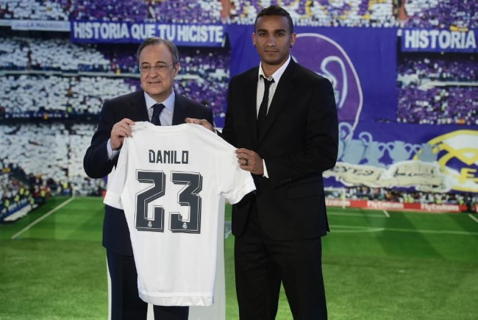 El futbolista brasileño posó con su nueva camisola junto a Florentino Pérez. (Foto: AFP)
