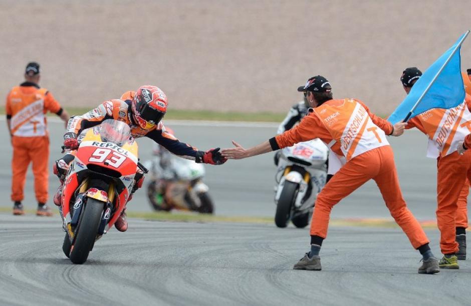 El español Marc Márquez saluda a un miembro de su equipo tras ganar el GP de Alemania