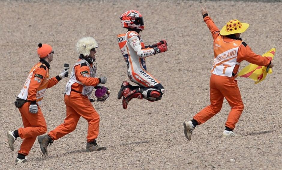 El piloto español Marc Márquez celebra junto a sus mecánicos tras ganar el GP de moto de Alemania. (Foto: AFP)