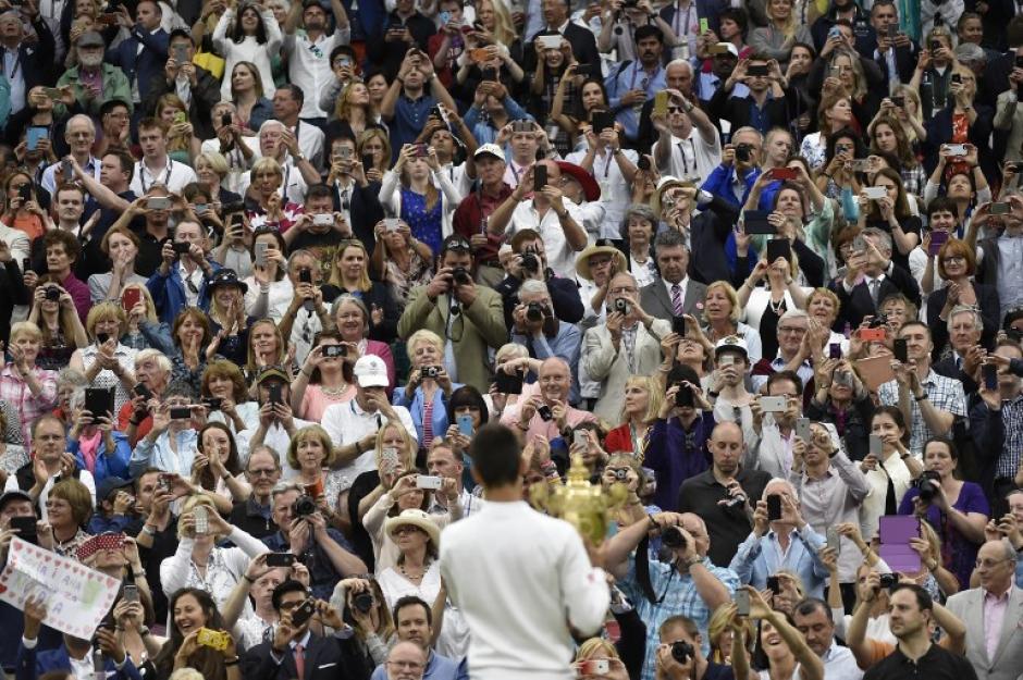 Djokovic posó para las fotografías de los asistentes a la final de Wimbledon tras derrotar a Federer. (Foto: AFP)