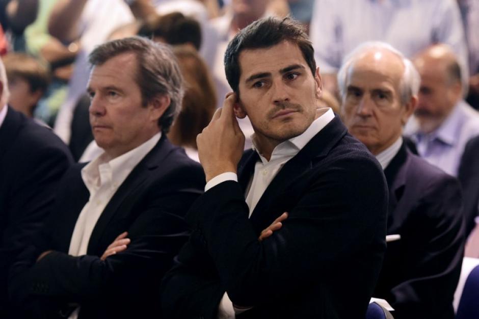 Durante la conferencia en la que participó el presidente del Madrid, Casillas se notó distante de sus palabras.(Foto: AFP)