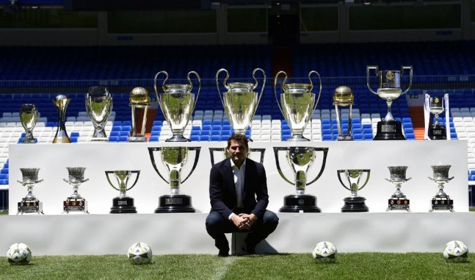 Casillas posó junto a los títulos que consiguió siendo el arquero del Real Madrid durante 25 años. (Foto: AFP)