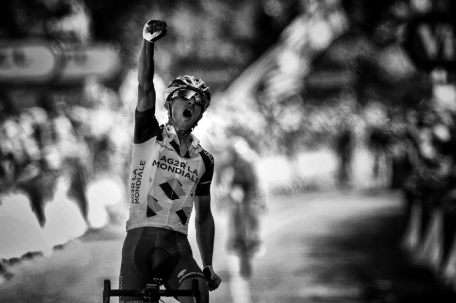 Alexis Vuillermoz celebra al cruzar la meta de la octava etapa del Tour de France. (Foto: Jeff Pachoud/AFP)