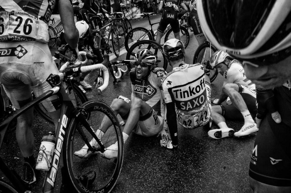 Este es el momento en el que algunos ciclistas se recuperan de una caída durante la quinta etapa del Tour. (Foto: Jeff Pachoud/AFP)