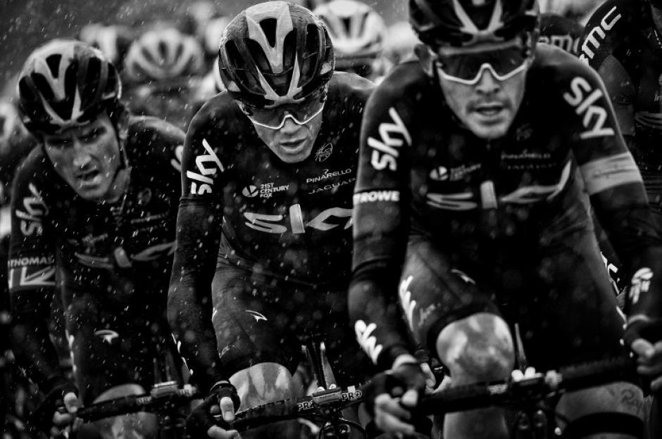 Al centro el ciclista Christopher Froome acompañado de su equipo, al frente Luke Rowe abriéndole el paso. (Foto: Jeff Pachoud/AFP)