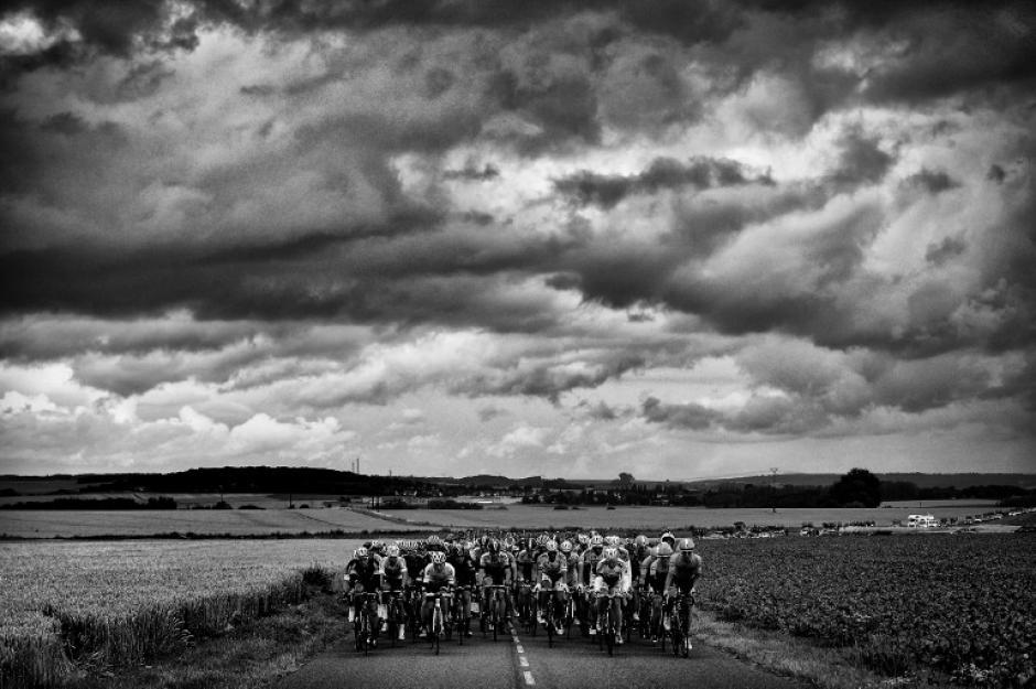 Increíble captura del pelotón de ciclistas durante el recorrido de la quinta etapa del tour. (Foto: Jeff Pachoud/AFP)
