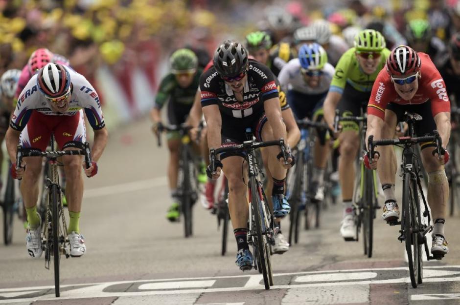 Parte del pelotón principal del Tour de France durante la tercera etapa que ganó Greipel. (Foto: AFP)