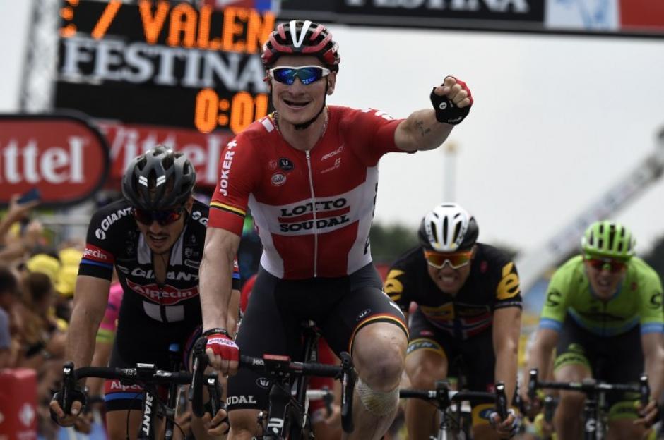 Greipel extiende el puño en señal de éxito tras ganar su tercera etapa en el Tour de France. (Foto: AFP)