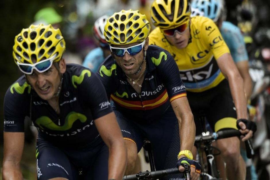 Alejandro Valderde (al centro) aparece junto a Christopher Froome (con suéter de líder) durante la etapa entre Digne-les-Bains y Pra Loup, al sureste de Francia. (Foto: AFP)