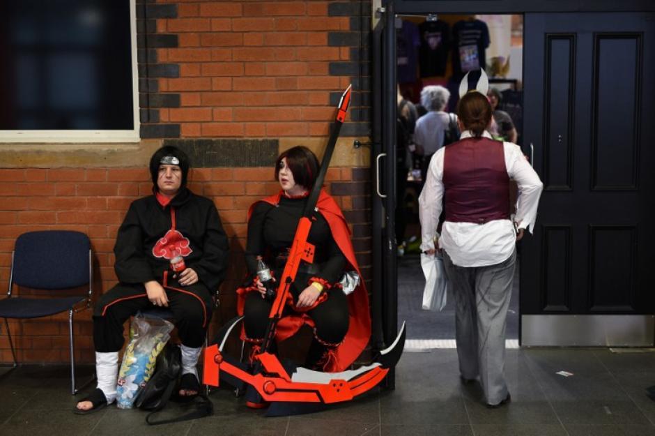 Estos fanáticos cosplayers toman un descanso en el Manchester Center donde se llevó a cabo el Comic Con. (Foto: Oli Scarff/AFP)