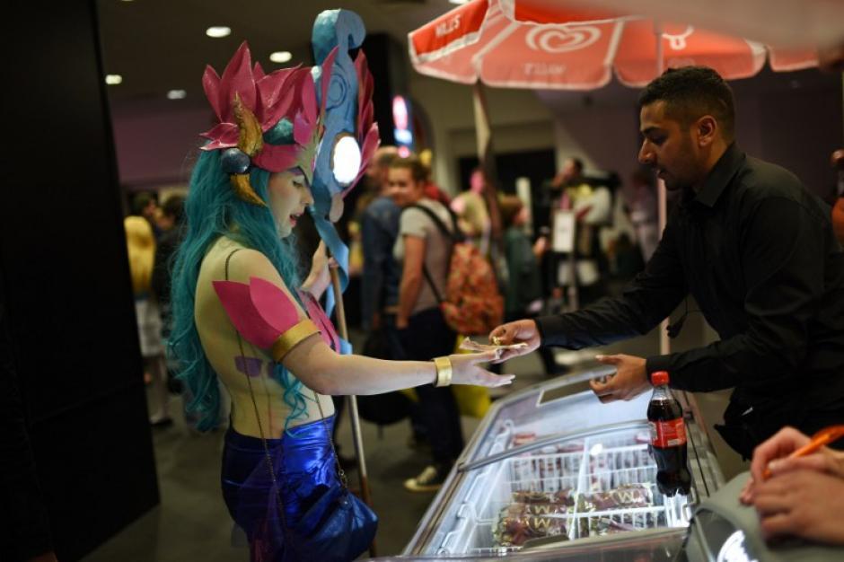 Una chica es captada comprando golosinas en el Manchester Comic Con. (Foto: Oli Scarff/AFP)