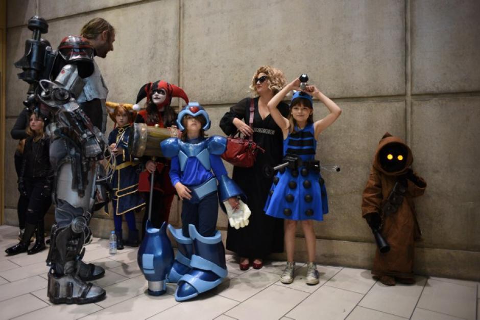 Amigos y familiares aprovechan el Comic Con para disfrazarse de personajes de fantasía y ciencia ficción. (Foto: Oli Scarff/AFP)