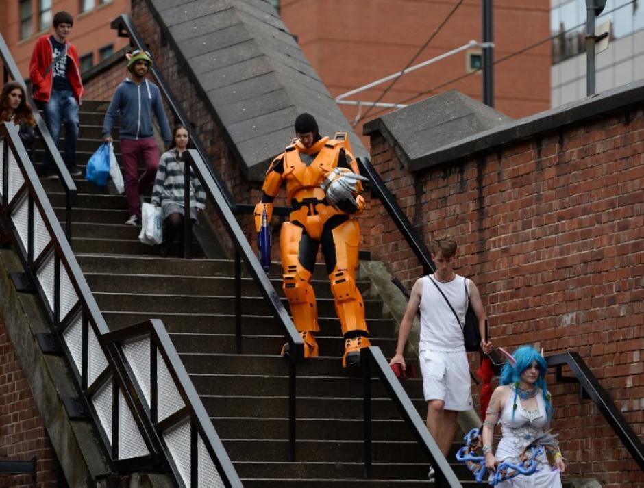 Este fanático disfrazado de un personaje de ciencia ficción pasa por momentos difíciles al querer bajar por un unas gradas de la ciudad de Manchester. (Foto: Oli Scarff/AFP)
