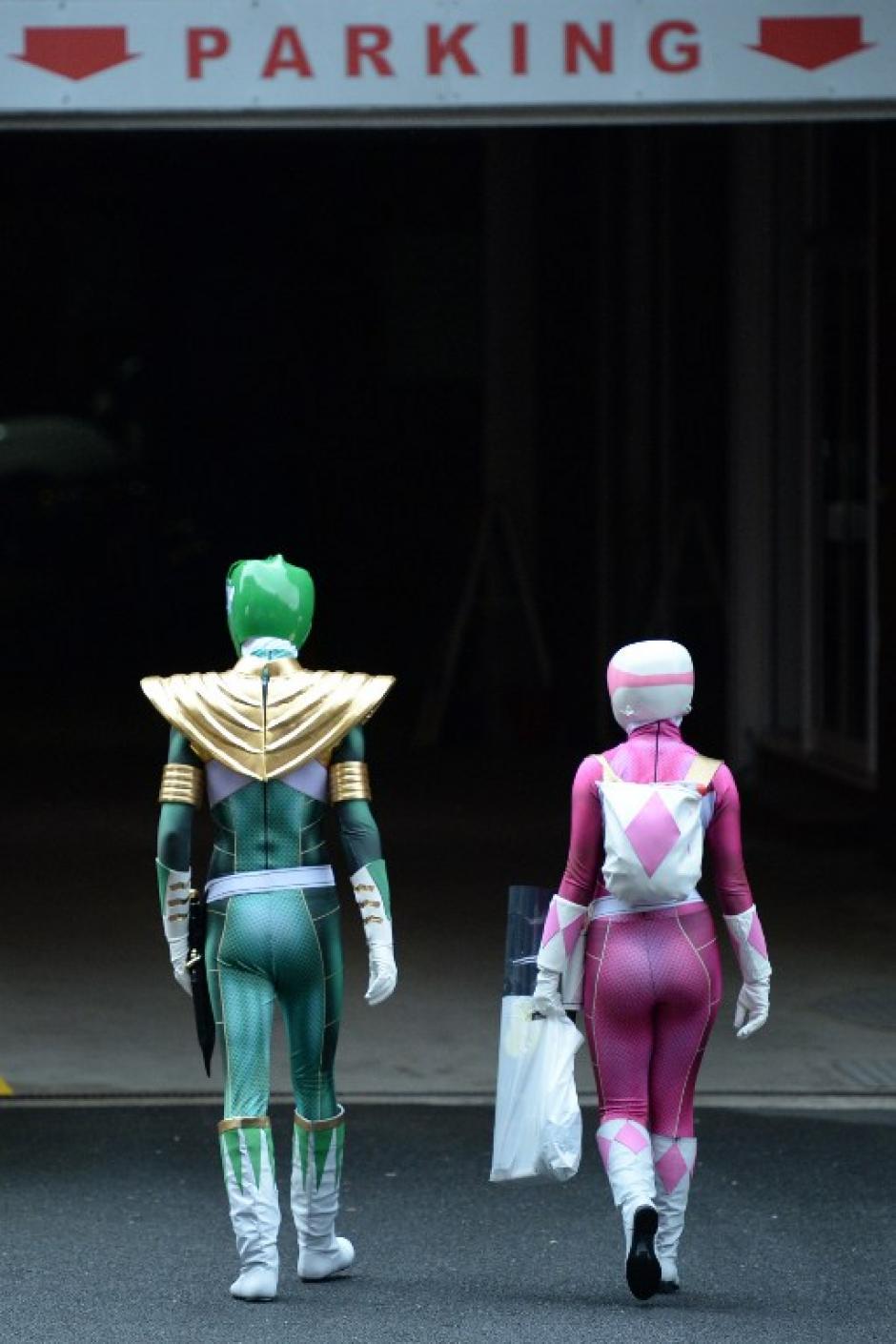 Una pareja disfrazada de Power Rangers es captada cuando se dirigen al parqueo del Manchester Central donde se llevó a cabo el Comic Con. (Foto: Oli Scarff/AFP)