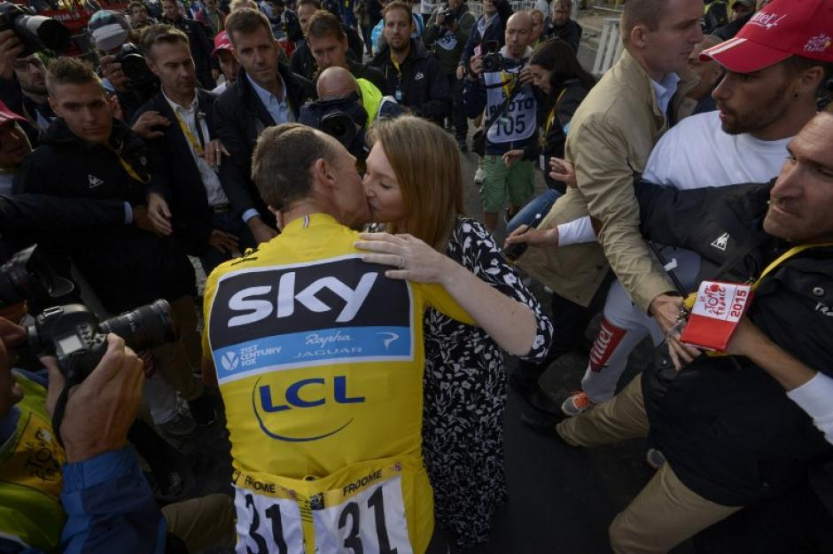 Christopher Froome, campeón del Tour de France 2015, besa a su esposa Michelle Cound. (Foto: AFP)