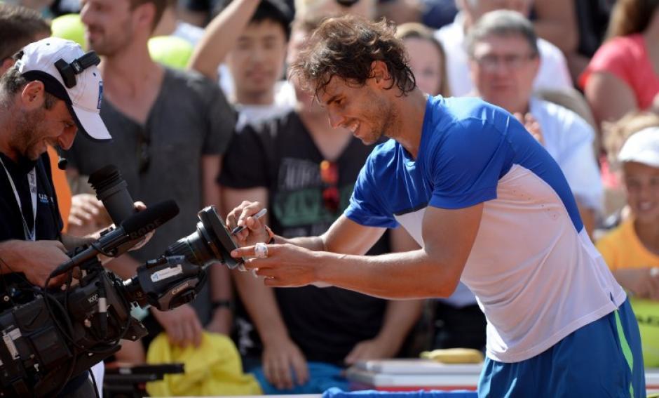 Nadal firma una cámara luego de ganar el torneo de Hamburgo