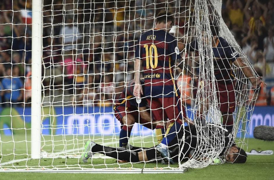 Pelea por el balón, tras la anotación de Lionel Messi en el primer tiempo. (Foto: AFP)