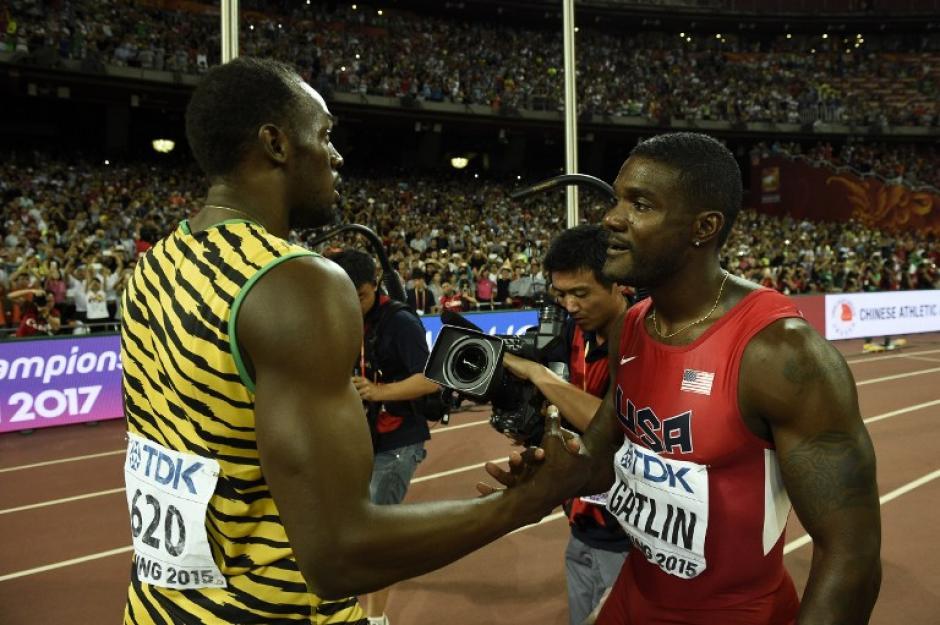 Bolt abraza y felicita al estadounidense Justin Gatlin, quien era considerado el favorito para arrebatarle el título al jamaiquino. (Foto: AFP)