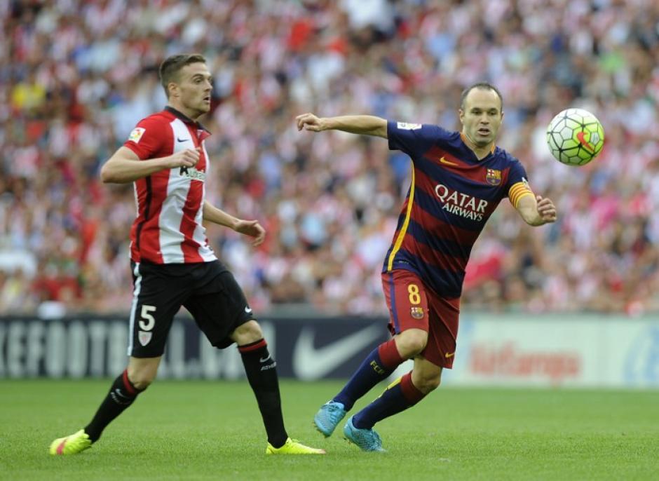 Iniesta inició como titular, durante esta campaña ya no hará pareja junto a Xavi Hernández. (Foto: AFP)