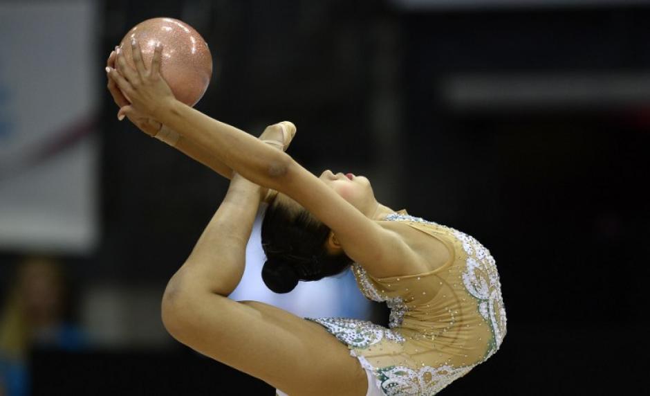Aliya Assymova de Kazajstán haciendo una figura complicada en su presentación individual. (Foto: Thomas Kienzle/AFP)