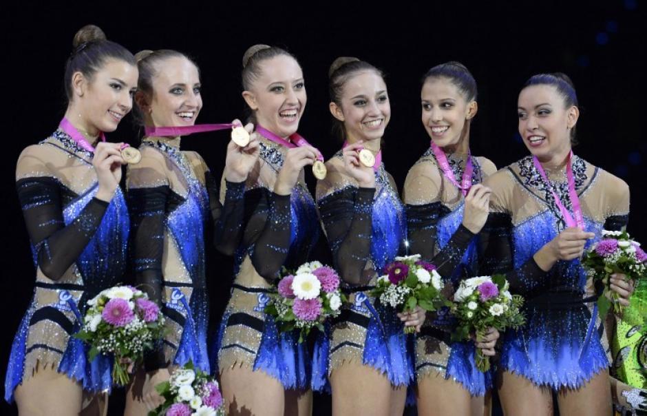Una fotografía del equipo italiano luego de coronarse con la medalla de oro en la competencia de grupos con liston. (Foto: Thomas kienzle/AFP)