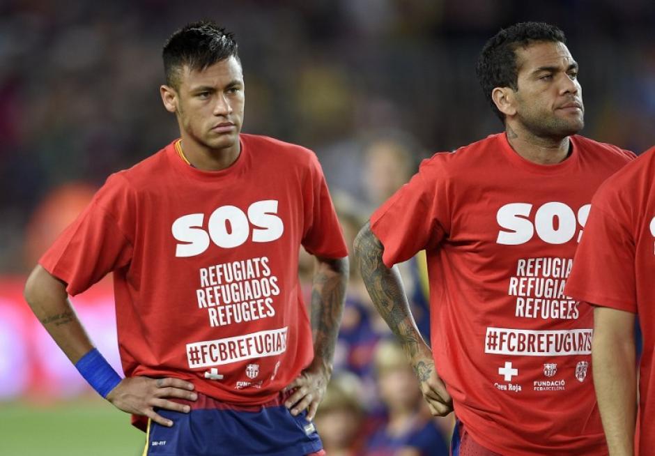 Los jugadores del Barelona mostraron su apoyo a los refugiados sirios previo a iniciar el juego. (Foto: AFP)
