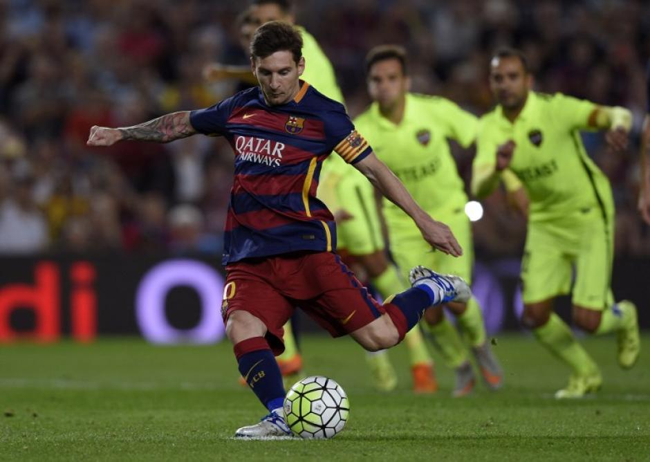 El argentino Lionel Messi al momento de cobrar el penal que falló ante el Levante