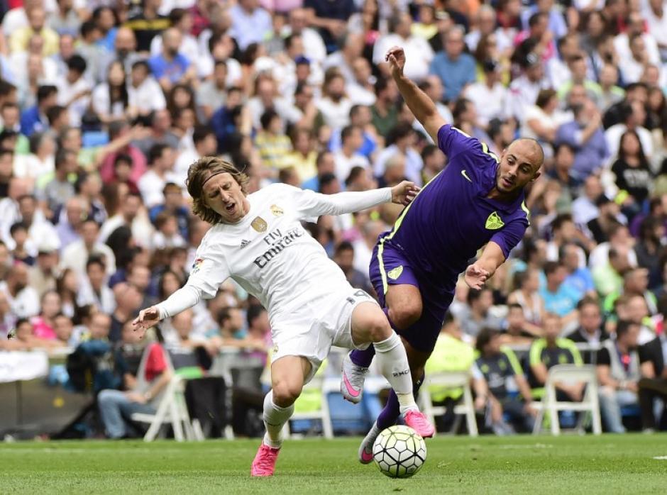 El centrocampista croata del Real Madrid Luka Modric, compite con el centrocampista marroquí de Málaga Noureddine Amrabat durante la Liga española partido de fútbol Real Madrid CF vs Málaga CF en el estadio Santiago Bernabéu. (Foto: AFP/ PIERRE-PHILIPPE MARCOU)