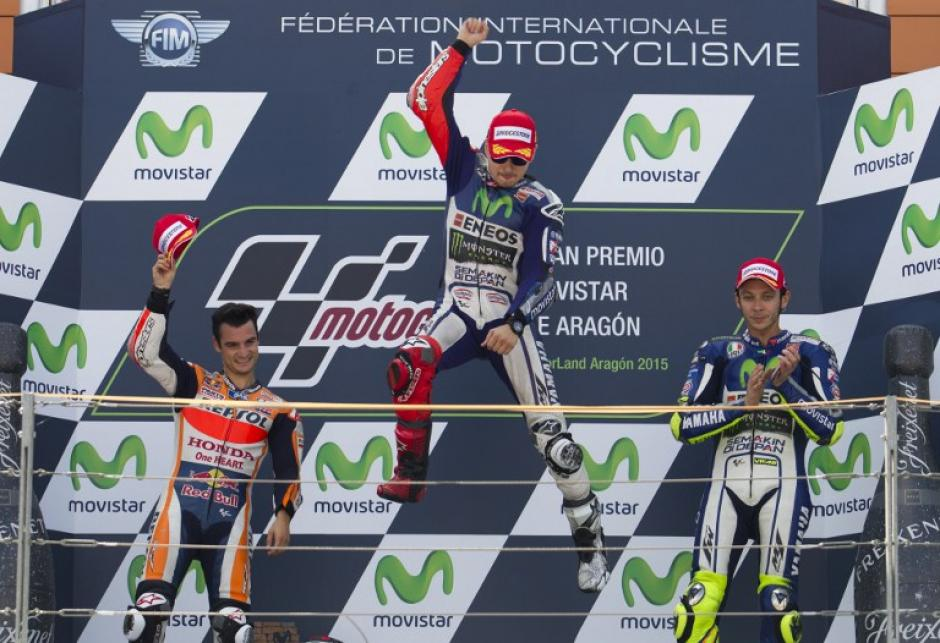 Lorenzo celebra de manera singular en el podio de Aragón. (Foto: AFP)