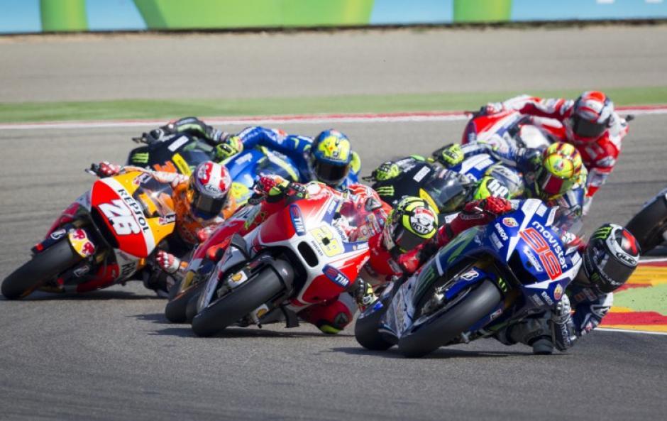 El grupo que encabezó la competencia durante una de las curvas del circuito de Motorland en Alcañiz. (Foto: AFP)