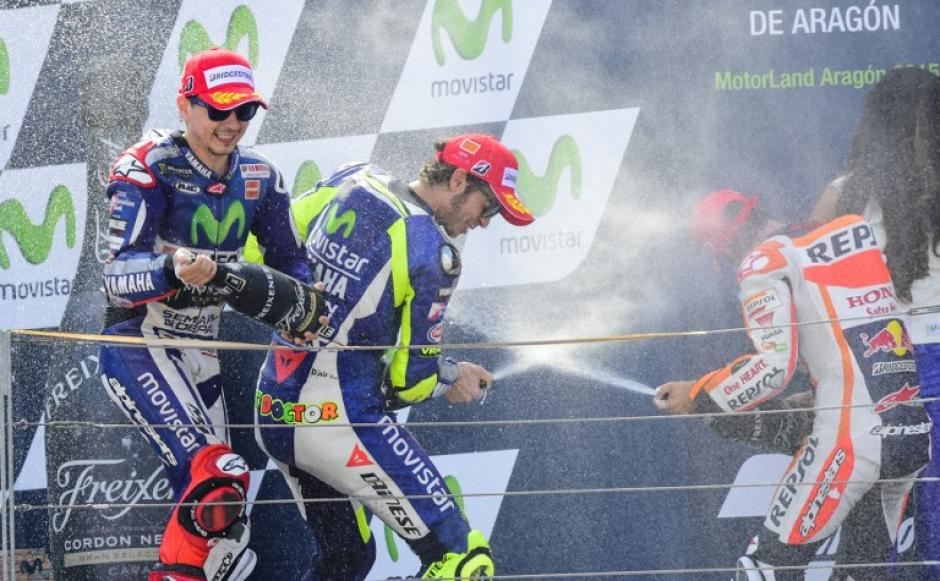 Lorenzo, Rossi y Pedrosa celebran en el podio del Gran Premio de Aragón. (Foto: AFP)