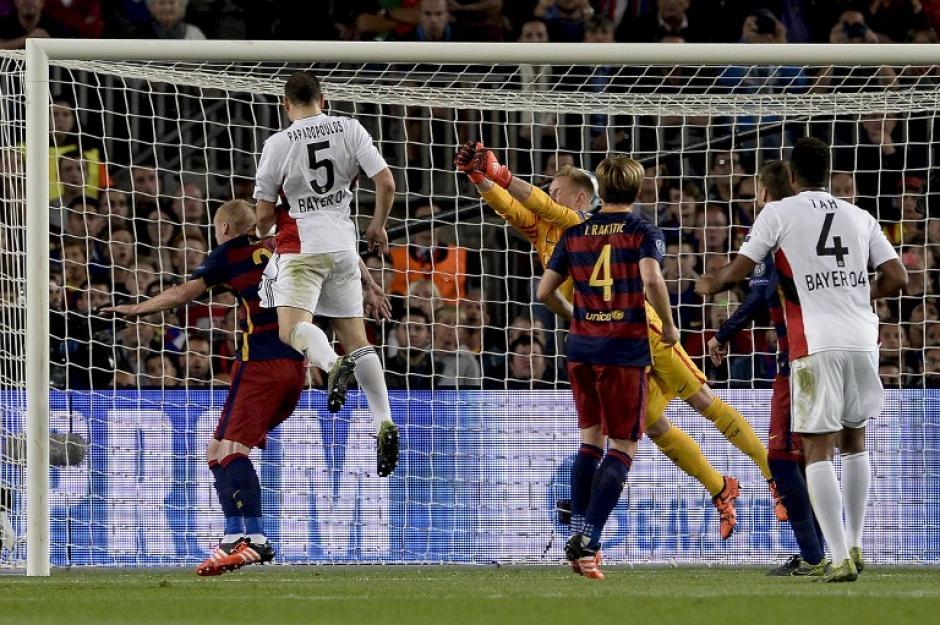 El momento en que Ter Stegen sale pero no puede atrapar el balón y se abre el marcador. (Foto: AFP)