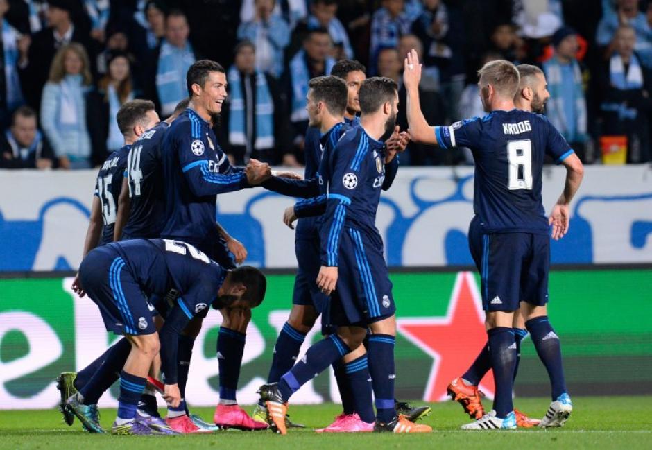 Cristiano Ronaldo celebra con sus compañeros tras haber anotado el 1-0 sobre el Malmö
