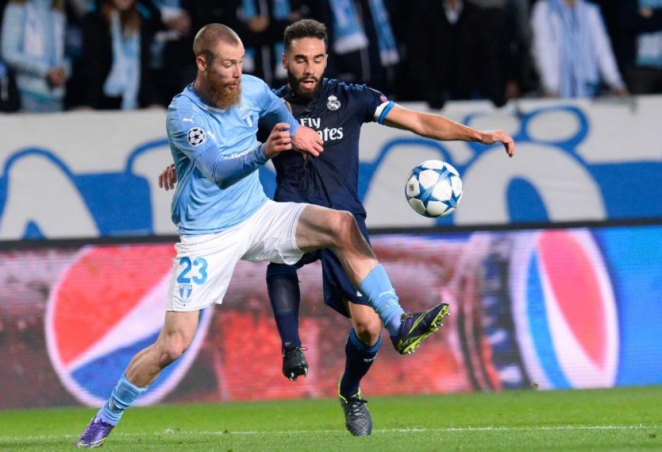 Berget y Carvajal luchan por un balón en la media cancha durante el juego entre el Malmö y el Real Madrid