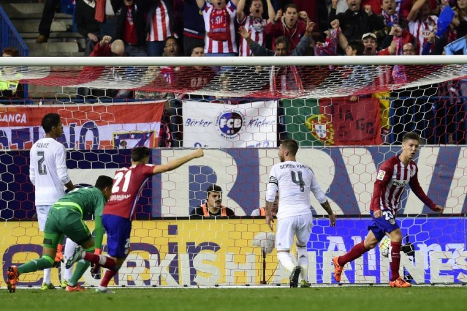 Vietto comienza a festejar tras poner el 1-1 final y rescatar el empate para el Atlético de Madrid en el Vicente Calderón. (Foto: AFP)