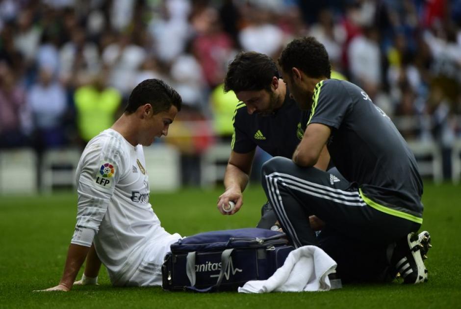 Al finalizar el primer tiempo, el goleador asustó a la afición al salir lesionado del campo. (Foto: AFP)