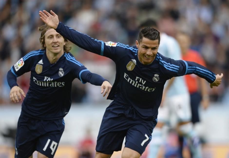 Cristiano Ronaldo celebra con su compañero de equipo el centrocampista croata Luka Modric después de anotar el primer gol del equipo blanco. (Foto: AFP)