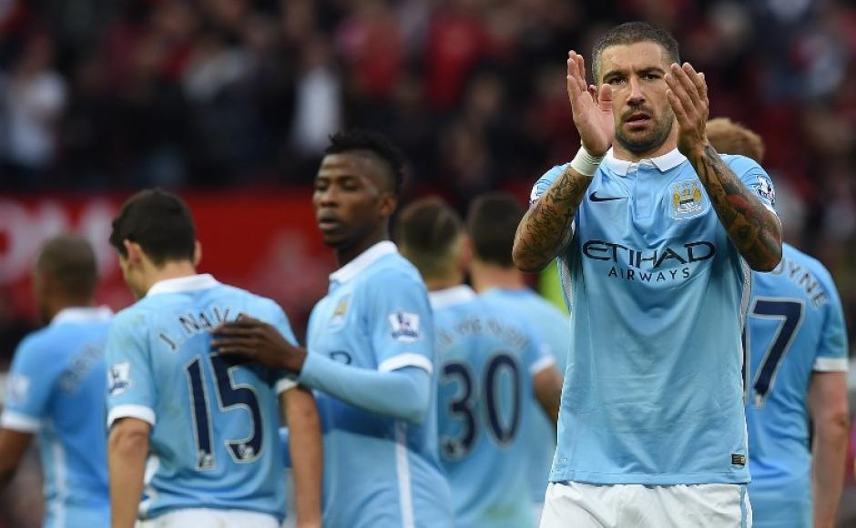 Kolarov y sus compañeros de equipo del Manchester City, aplauden tras el 0-0 ante el Manchester United en el Old Trafford.