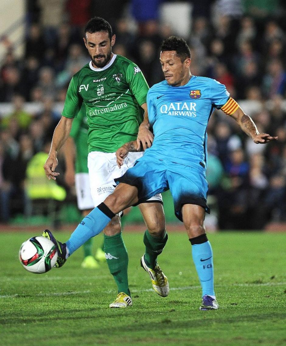 Adriano trata de mantener la posesión de un balón ante la marca de un jugador del Villanovense