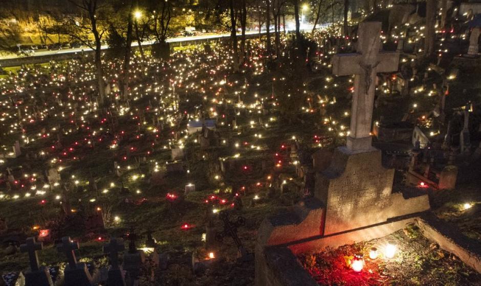 Las velas se colocan en las tumbas para celebrar el Día de Todos los Santos en el cementerio de Rasos en Vilnius, Lituania el 1 de noviembre de 2015. (Foto:AFP/ PETRAS MALUKAS)