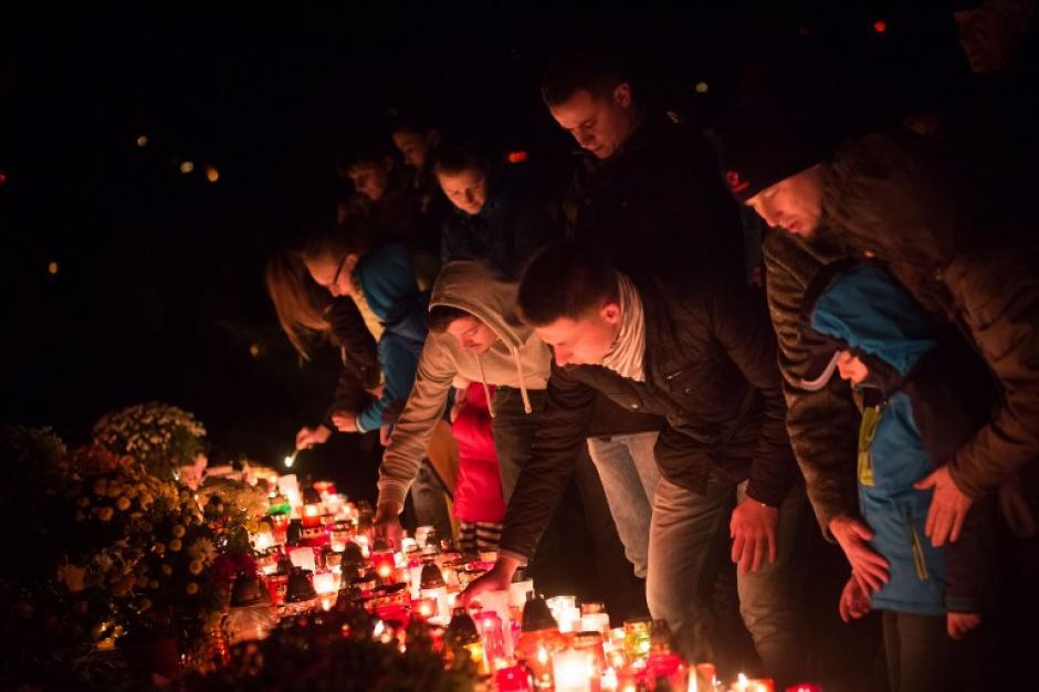 La gente enciende velas en Bratislava Eslovaquia en el Día de Todos los Santos, 1 de noviembre de 2015. (Foto: AFP / VLADIMIR SIMICEK)