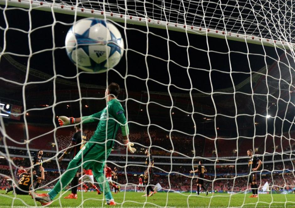 Muslera nada puede hacer para detener el gol del Benfica, equipo que derrotó al Galatasaray. (Foto: AFP)