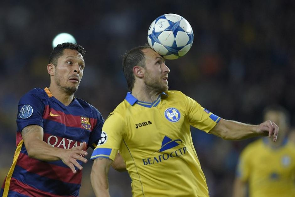 El defensa del Barcelona, Adriano, compite con el centrocampista del Bate Borisov Igor Stasevich, durante el partido donde Barcelona se impuso 3-0. (Foto: AFP)