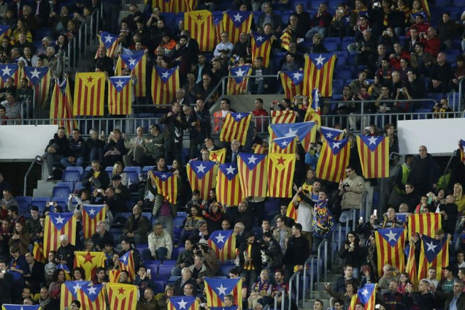 Las bandera catalanas independentistas estuvieron presentes una vez más en el Camp Nou. (Foto: AFP)