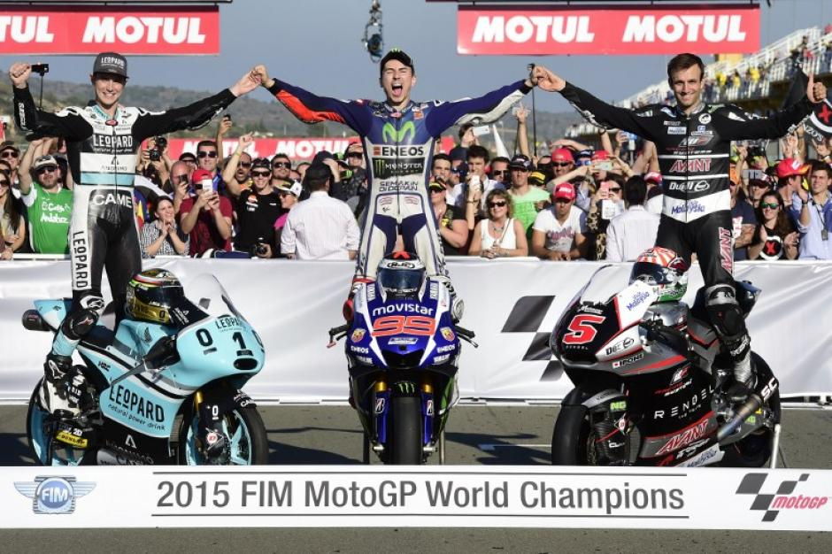 Jorge Lorenzo (al centro) se proclamó por tercera vez como campeón mundial de Moto GP