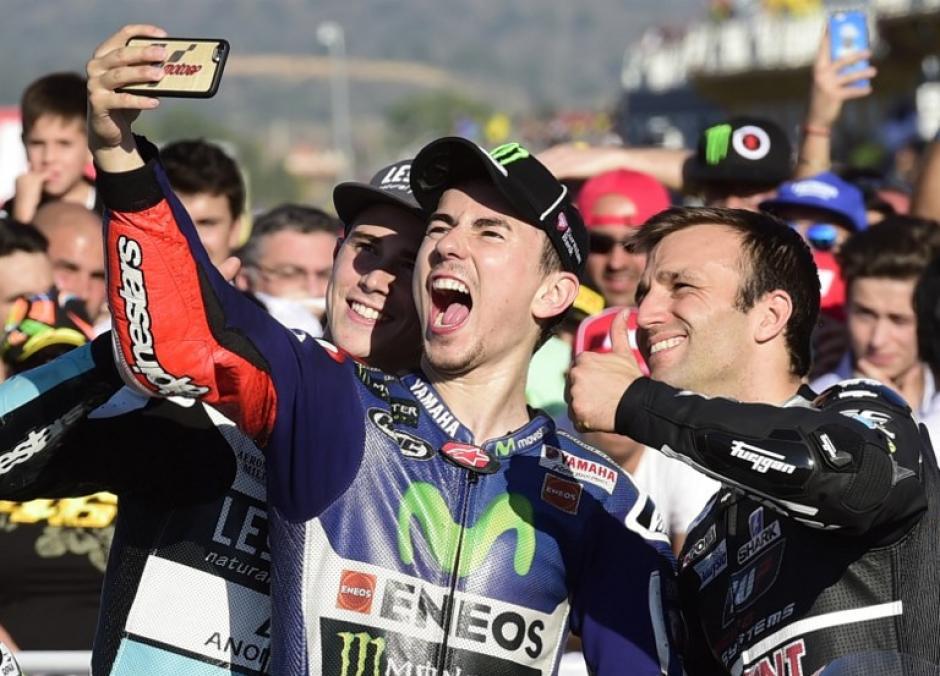 Lorenzo se tomó una foto con su equipo tras ganar el Gran Premio de la Comunidad Valenciana. (Foto: AFP)
