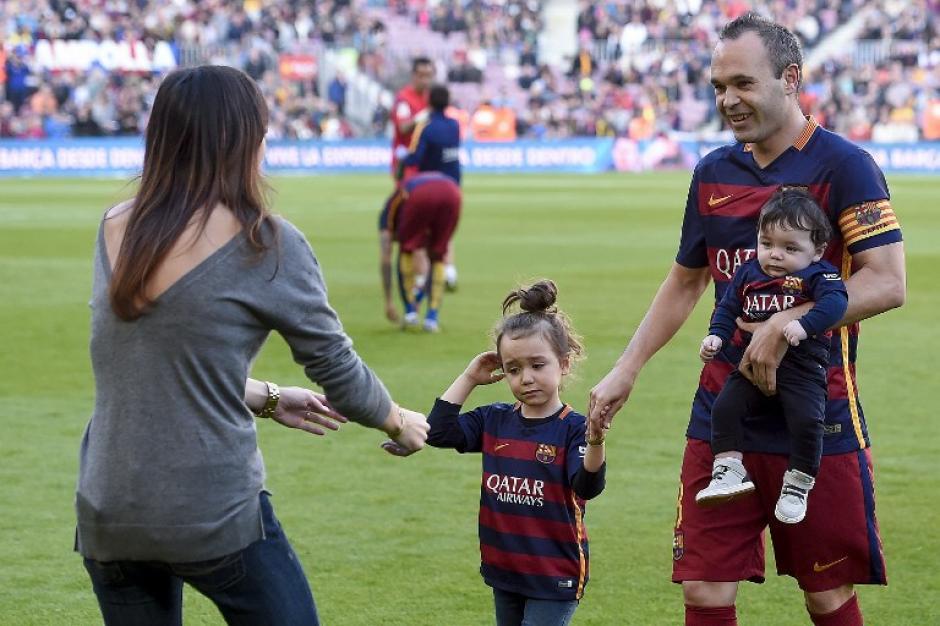 Iniesta estuvo acompañado por su familia previo al juego ante el Villarreal. (Foto: AFP)