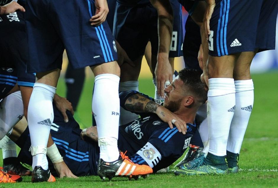Sergio Ramos pidió asistencia médica inmediata tras caer al césped luego de anotar de chilena para el Real Madrid